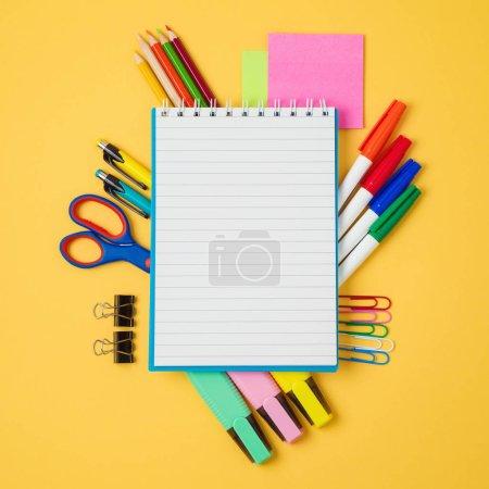 Photo pour Retour à fond avec cahier d'école et fournitures scolaires. Découvre d'en haut - image libre de droit