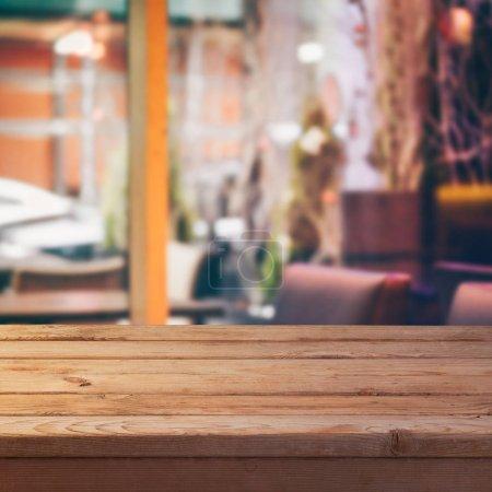 Foto de Mesa de madera vacía con sobre abstracto fondo borroso - Imagen libre de derechos
