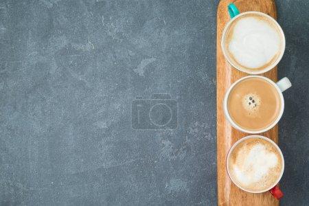 Photo pour Tasses à café sur fond noir. Vue de dessus d'en haut - image libre de droit