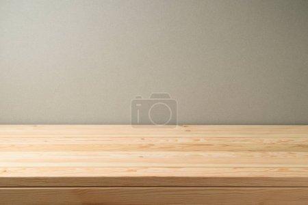 Foto de Mesa de madera vacía sobre fondo de pared gris. Puede ser utilizado para puesto de comida. clave diseño visual o display de publicidad de producto nuevo - Imagen libre de derechos