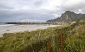 """Постер, картина, фотообои """"Горы на берегу моря в Лофотене, Норвегия на пасмурный день"""""""