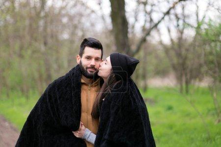 Photo pour Couple amoureux dans le parc - image libre de droit