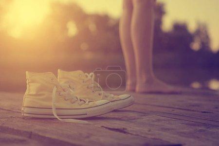 Photo pour Les jambes et les baskets de la fille - image libre de droit
