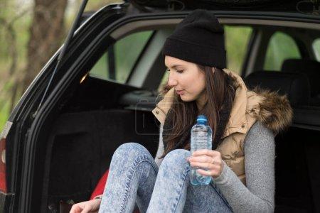 Photo pour Jeune femme dans une voiture - image libre de droit