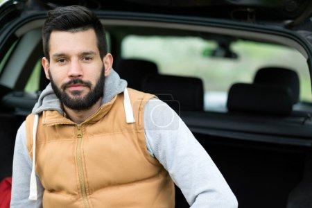 Photo pour Bel homme dans le concessionnaire automobile - image libre de droit