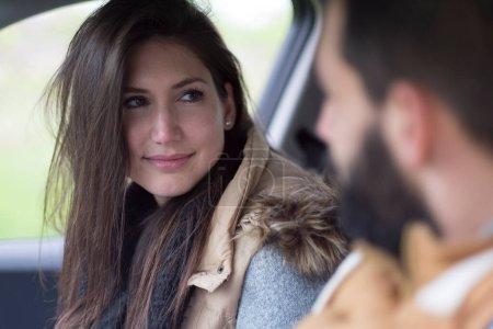 Photo pour Jeune femme et homme en voiture - image libre de droit