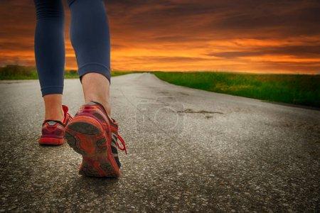Photo pour Gros plan des jambes de coureuses sur la route - image libre de droit