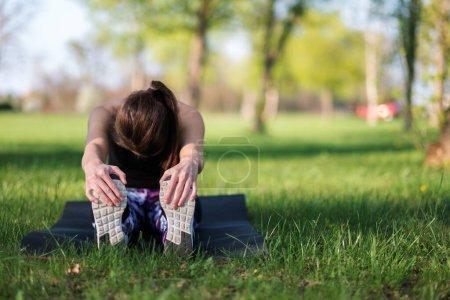 Photo pour Femme échauffement avant le sport - image libre de droit