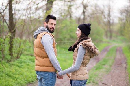 Photo pour Jeune couple amoureux dans le parc - image libre de droit