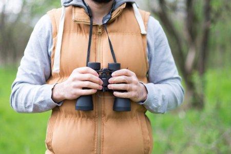 Photo pour Homme dans un sac à dos avec une arme dans la forêt - image libre de droit