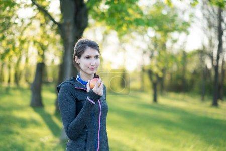 Photo pour Femme fitness en bonne santé avec une pomme - image libre de droit
