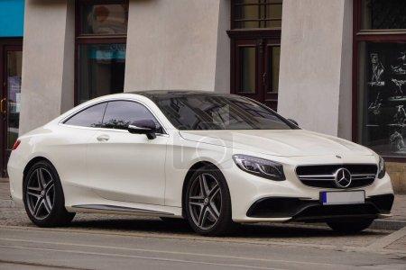 Photo pour Cracovie, Pologne 19.02.2020 : Nouvelle voiture de sport de luxe Mercedes-benz Classe C C63 AMG coupé W205 couleur blanche, parking dans la rue de la ville . - image libre de droit