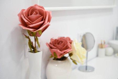 Photo pour Détails de décoration dans le centre de bien-être moderne avec vase à fleurs et bougies. Beauté et concepts esthétiques . - image libre de droit