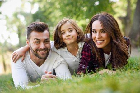 Szczęśliwa młoda rodzina w parku miejskim