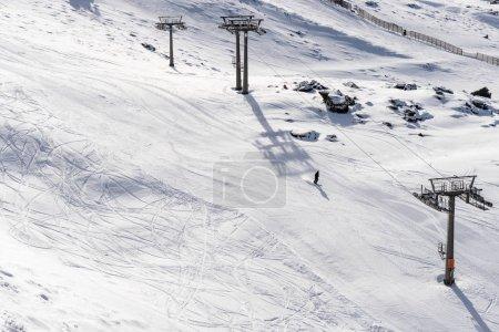 Photo pour Espagne, Andalousie, Grenade. Station de ski de Sierra Nevada en hiver, pleine de neige. Voyages et concepts sportifs . - image libre de droit