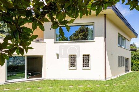 Villa avec grand jardin au cours d'une journée d'été. Personne à l'intérieur