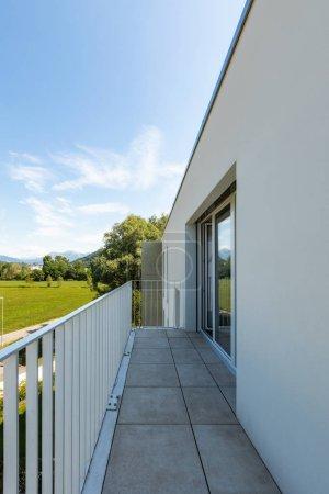 Photo pour Balcon d'un appartement neuf et moderne . - image libre de droit