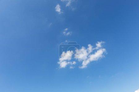 Photo pour Ciel bleu avec nuages blancs - image libre de droit