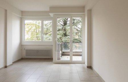 Photo pour Salle vide avec radiateurs et de grandes fenêtres donnant sur la nature. Vue de face - image libre de droit