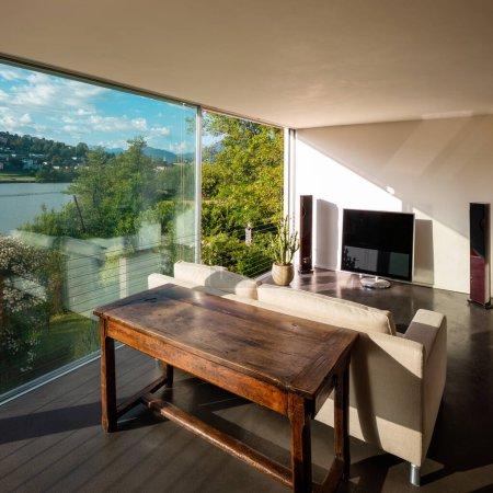 Photo pour Salon intérieur avec canapé et vue de rêve - image libre de droit