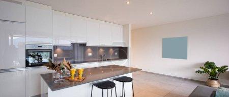 Photo pour Intérieur d'une cuisine d'un appartement moderne. Personne à l'intérieur . - image libre de droit