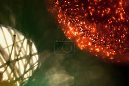 Photo pour Lumières et jouets de Noel sur l'arbre de Noel avec le fond foncé abstrait brouillé! - image libre de droit