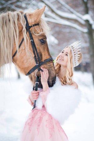 Photo pour Princesse de couronne avec cheval en hiver. Conte de fées - image libre de droit