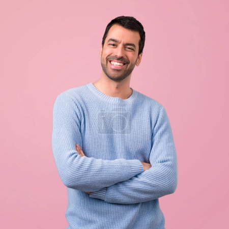 Foto de Guapo, manteniendo los brazos cruzados sobre fondo rosa - Imagen libre de derechos