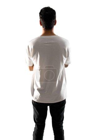 Photo pour Jeune homme avec chemise blanche en position arrière sur fond blanc isolé - image libre de droit