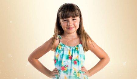 Photo pour Blonde mignonne petite fille - image libre de droit