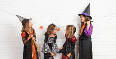 Photo pour Groupe d'amis avec costumes de vampires et de sorcières pour les vacances d'Halloween - image libre de droit
