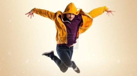 Photo pour Danseur homme sur fond ocre - image libre de droit