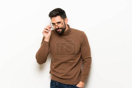 Photo pour Portrait de bel homme à la barbe - image libre de droit