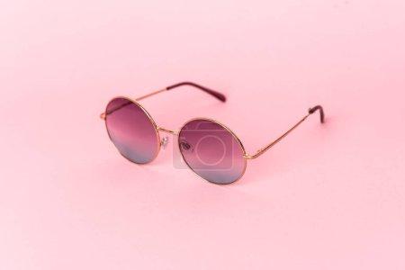 Photo pour Lunettes de soleil élégantes sur fond de couleur - image libre de droit