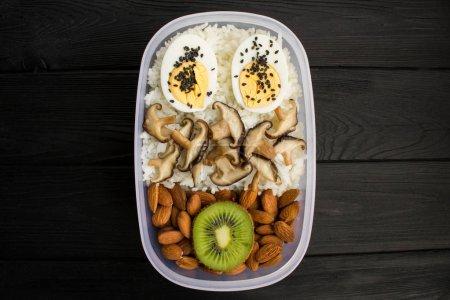Photo pour Déjeuner végétarien dans la boîte sur le fond en bois noir. Vue de dessus. Copiez l'espace. Ingrédients alimentaires sains. - image libre de droit