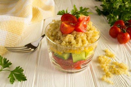 Photo pour Salade végétarienne aux légumes et au quinoa sur le fond en bois blanc - image libre de droit