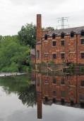 """Постер, картина, фотообои """"thwaite мельница в Кностроп Лидс построен в 1825 году на острове между речной aire и кальдер навигационный канал отражается в воде и окружен деревьями"""""""