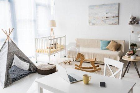 Photo pour Design intérieur moderne salle de la pépinière avec wigwam de bébé et lit d'enfant - image libre de droit