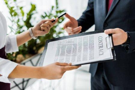 Photo pour Vue partielle de la signature du contrat au bureau de gens d'affaires - image libre de droit