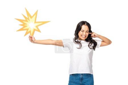 Photo pour Peur de femme asiatique avec des yeux fermés holding bang signe et fermeture oreille isolé sur blanc - image libre de droit