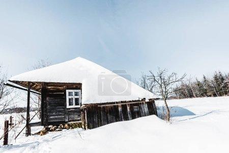 Photo pour Vieille maison en bois avec de la neige en hiver des Carpates - image libre de droit