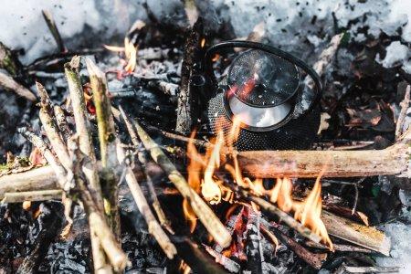 Foto de Vista superior de la tetera en hoguera en el bosque de invierno - Imagen libre de derechos