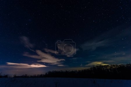 Photo pour Ciel étoilé sombre dans les montagnes des Carpates la nuit en hiver - image libre de droit