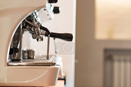 Photo pour Side view of modern coffee machine with portafilter in cafe - image libre de droit