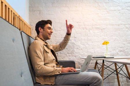 Photo pour Freelance travailler avec ordinateur portable et montrant signe d'idée dans le café - image libre de droit