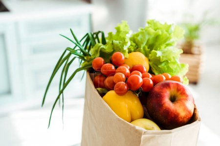 Foto de Fresh whole and ripe fruits and vegetables in paper bag - Imagen libre de derechos