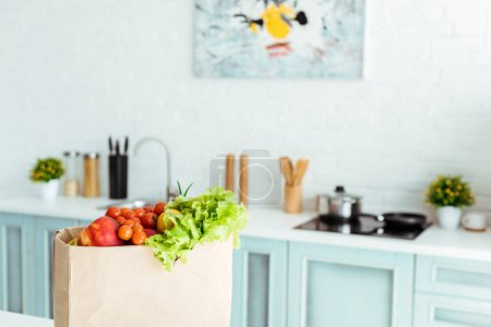 Photo pour Fruits et légumes mûrs frais dans le sac en papier dans la cuisine - image libre de droit