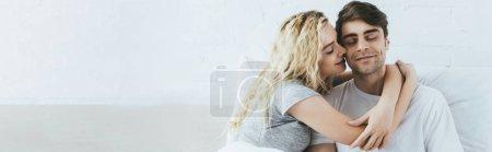Photo pour Plan panoramique de jolie petite amie blonde étreignant petit ami heureux avec les yeux fermés - image libre de droit