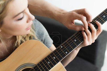 Photo pour Vue recadrée de l'homme et de la femme blonde retenant des mains des cordes - image libre de droit