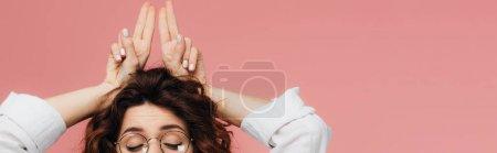 Photo pour Tir panoramique de la femme dans des lunettes avec les yeux fermés gesticulant isolé sur le rose - image libre de droit